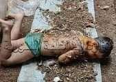 صورة أم مع أولادها تقوم بتعذيب طفل بطريقة وحشية